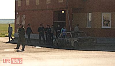 Сержант милиции, который находился в автомобиле ГИБДД, был застрелен, затем машину подожгли