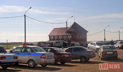 """Место происшествия оцепили при помощи  автомобилей """"тигр"""" и """"Газель""""."""