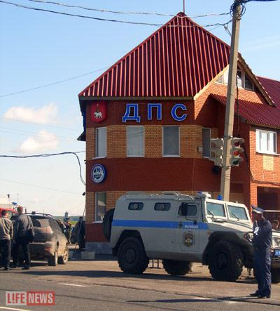 К атакованному ночью посту ДПС у поселка Суксун была стянута специальная милицейская техника