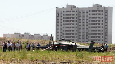 Вертолет упал в нескольких сотнях метров от жилого дома