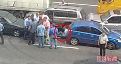 Подельники сидели на асфальте, пока оперативники собирали деньги