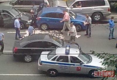 10 000 000 рублей, разбросанные на дороге, собрали за несколько минут