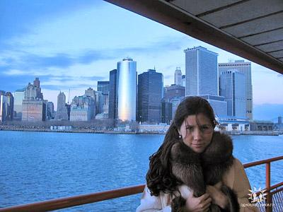 Чапман на фоне своего дома в Нью-Йорке