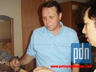 Михаил Плетнев во время обыска у себя дома