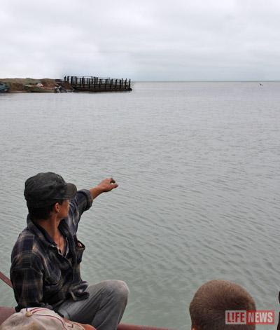 Местные жители показывают место, где на глазах у них из воды показалось чудовище