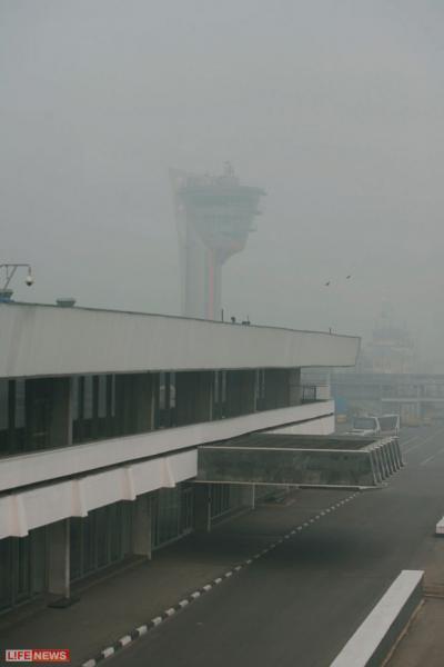 Столичные аэропорты из-за смога с трудом справляются с потоком пассажиров, желающих сбежать из города