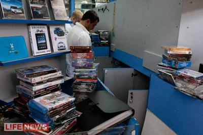 Оперативники изъяли тысячи контрафактных DVD