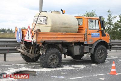 В аварии пострадал автомобиль дорожной службы