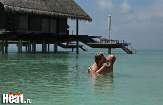 Пара жарко целовалась прямо в воде