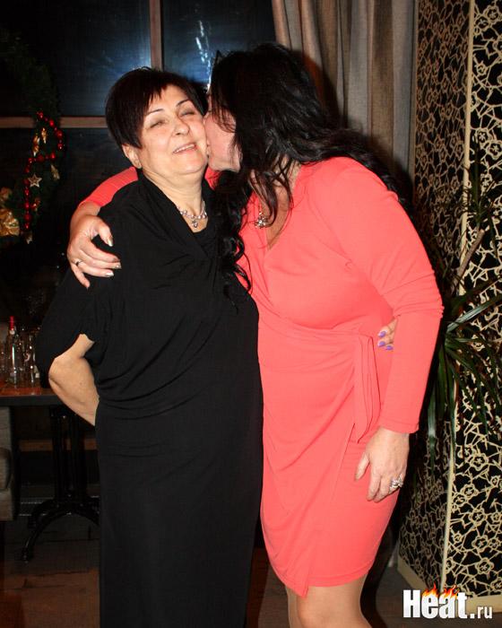 Знаменитая дочка при каждом удобном случае одаривала маму поцелуями и крепкими объятиями