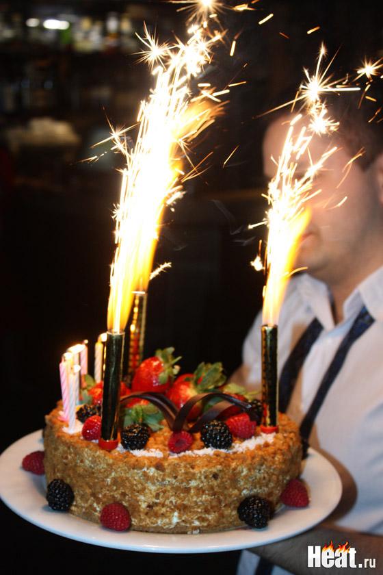 Праздничный торт был украшен свежими фруктами и семью свечками
