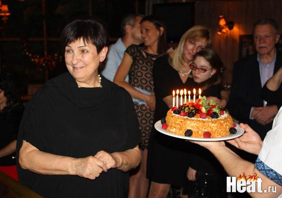 Перед тем как задуть свечи 70-летняя Алла Дмитриевна загадала желание