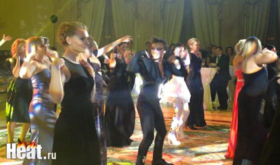 Артисты предложили гостям исполнить зажигательный танец