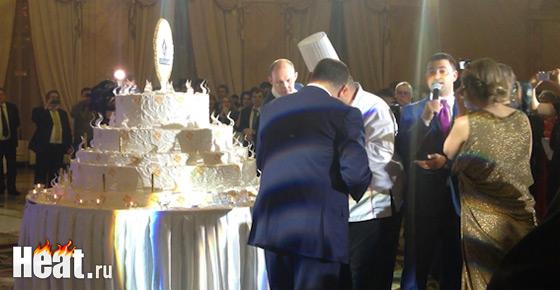 Первый кусочек огромного торта по традиции отрезал глава компании