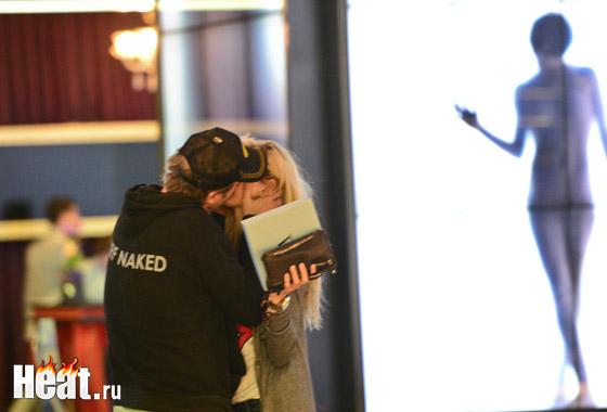 Марюс и Вера постоянно гуляли вместе и целовались везде - на улице, в магазине, в холле отеля, на съемочной площадке...