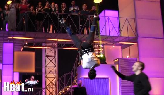 Конкурсантку Розу заствили петь вверх ногами