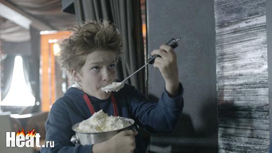Один из самых юных актеров на съемочной площадке Максим Юдин. Именно он, по сценарию, загадал желание обыграть выдающихся хоккеистов