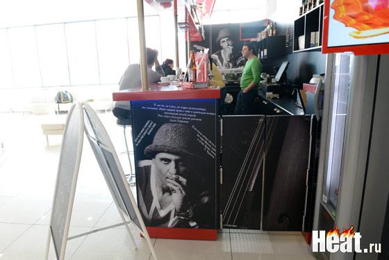 Барная стойка заведения украшена фотографиями владельца