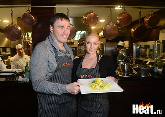 Кирилл Андреев в паре с Анастасией Волочковой приготовили салат,но поделились им с гостями