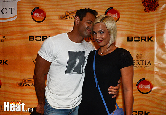 Жена Стаса Костюшкина Юлия этим вечером активно помогала мужу на кухне