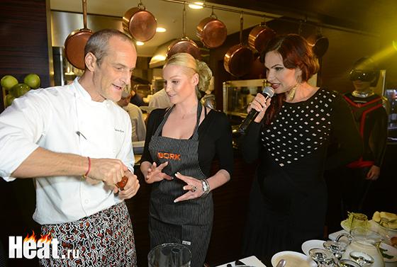 Для того,чтобы звезды за приготовлением новых блюд чувствовали себя увереннее, им помогал итальянский повар