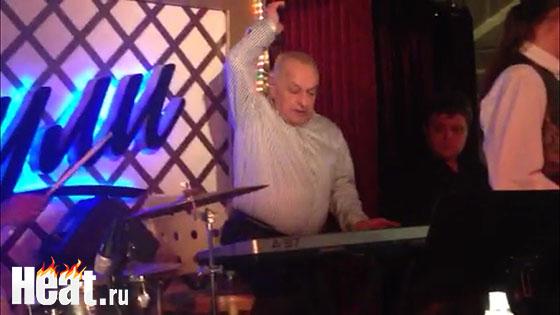 Композитор Левон Оганезов специально для именинника сыграл на электронном пианино