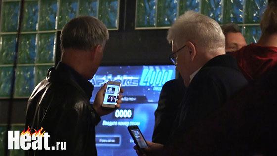 Олег Газманов и Владимир Винокур показывают фотографии на своих телефонах