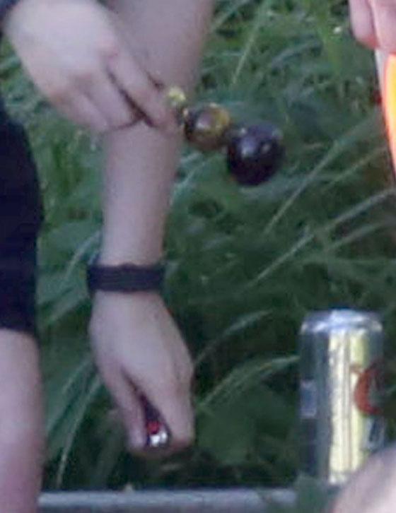 В руках Кристен Стюарт бонг для курения травки
