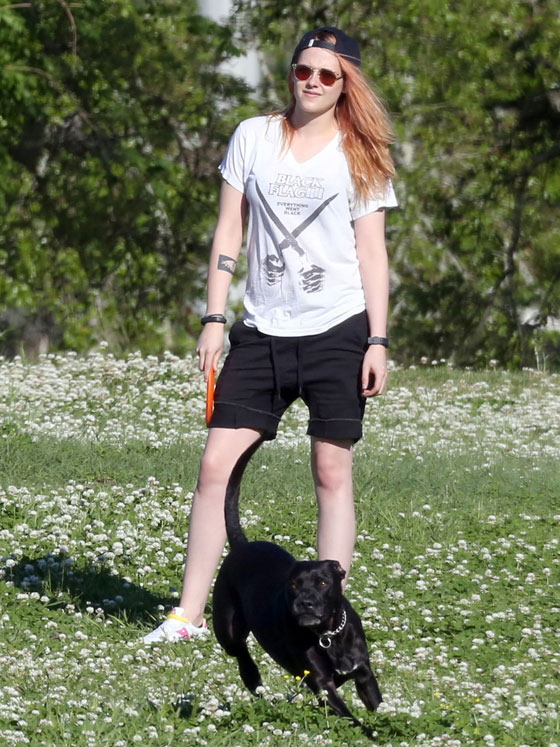 Актриса играет с собакой во фрисби
