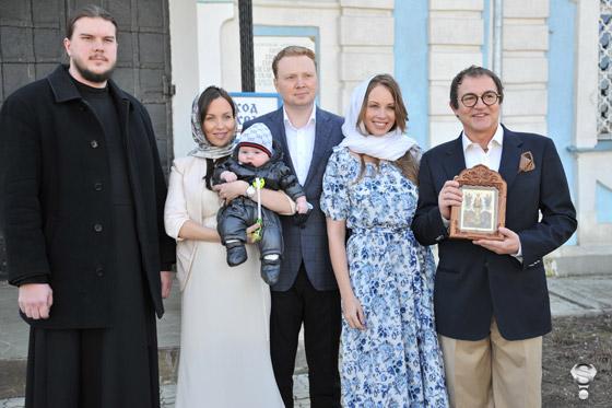 Отец Максим, крестные родители Федора Талина и Артем, Полина и Дмитрий Дибровы