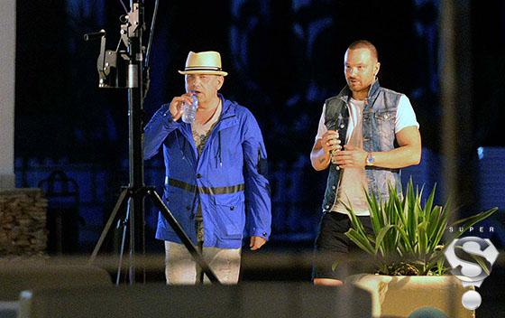 Закрытую веранду музыкант покидал с бутылкой воды в руках, зная, что на выходе его поджидают фотографы