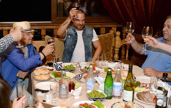 На вечеринке в «Восточном квартале» Николай Расторгуев не отказывал себе в вине и сигаретах