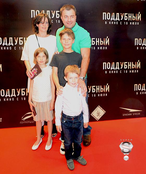 Михаил Пореченков приехал на премьеру с семьей