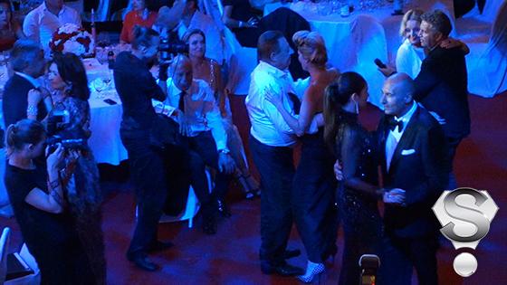 Под песню маэстр «Девочка с Тверской» в медленном танце слились все присутствующие в зале парочки