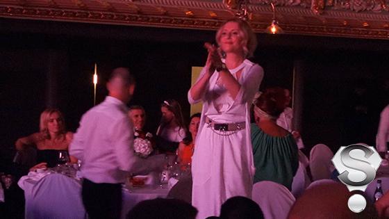 Не сдержав эмоций супруга Леонида Агутина, одетая в сексуальное белое платье с открытым бюстье, исполнила зажигательный танец на столе
