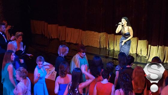 Градус веселья подняла и певица Ани Лорак — она исполнила «Червону Руту», поднявшую из-за столов буквально каждого