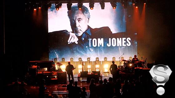 Выступление британского певца Тома Джонса стало одним из сюрпизов вечера