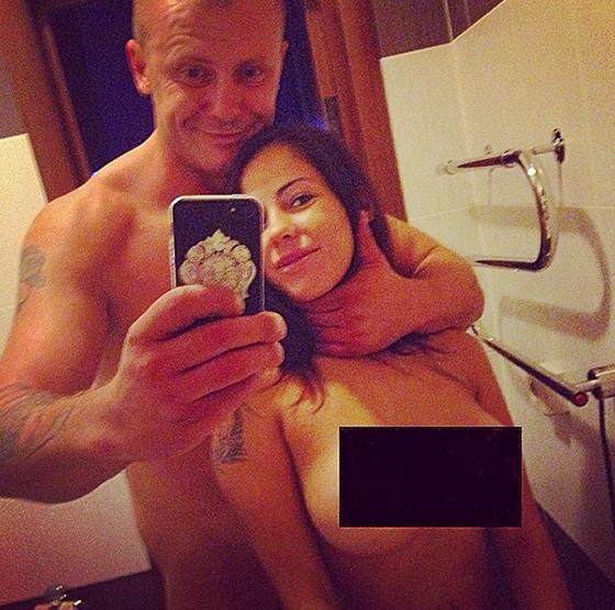 Елена Беркова разместила эротические снимки с новым возлюбленным