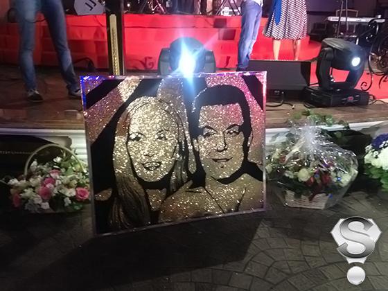 В числе подарков была картина с изображением именинника и его супруги Нелли