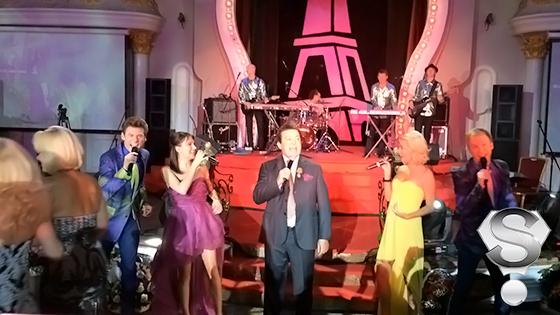 Ближе к концу вечера несколько песен исполнил и сам хозяин праздника