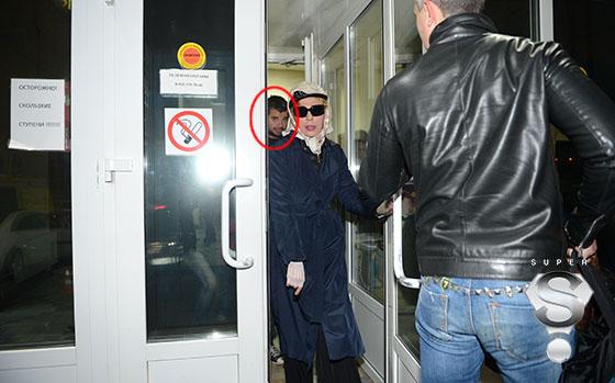Певица Жанна Агузарова с одним из охранников, избившем оператора Дмитрия Киселева