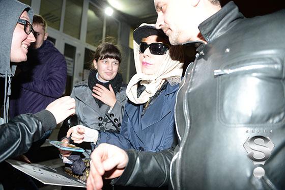 Певица Жанна Агузарова с поклонниками и своим директором Алексеем Каном (справа)