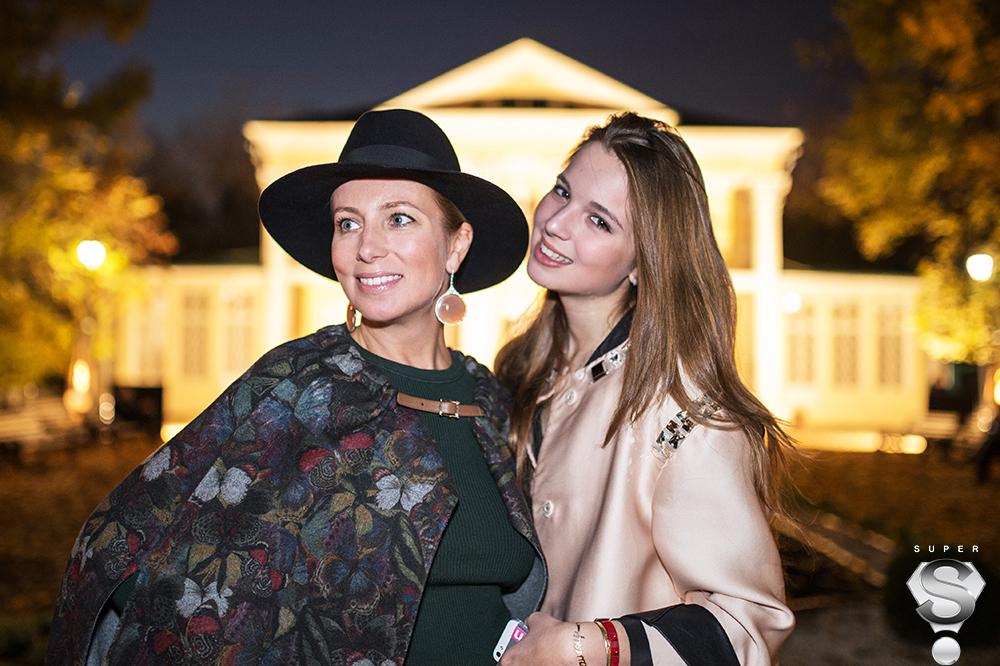 Светская дама Светлана Захарова с дочерью Александрой