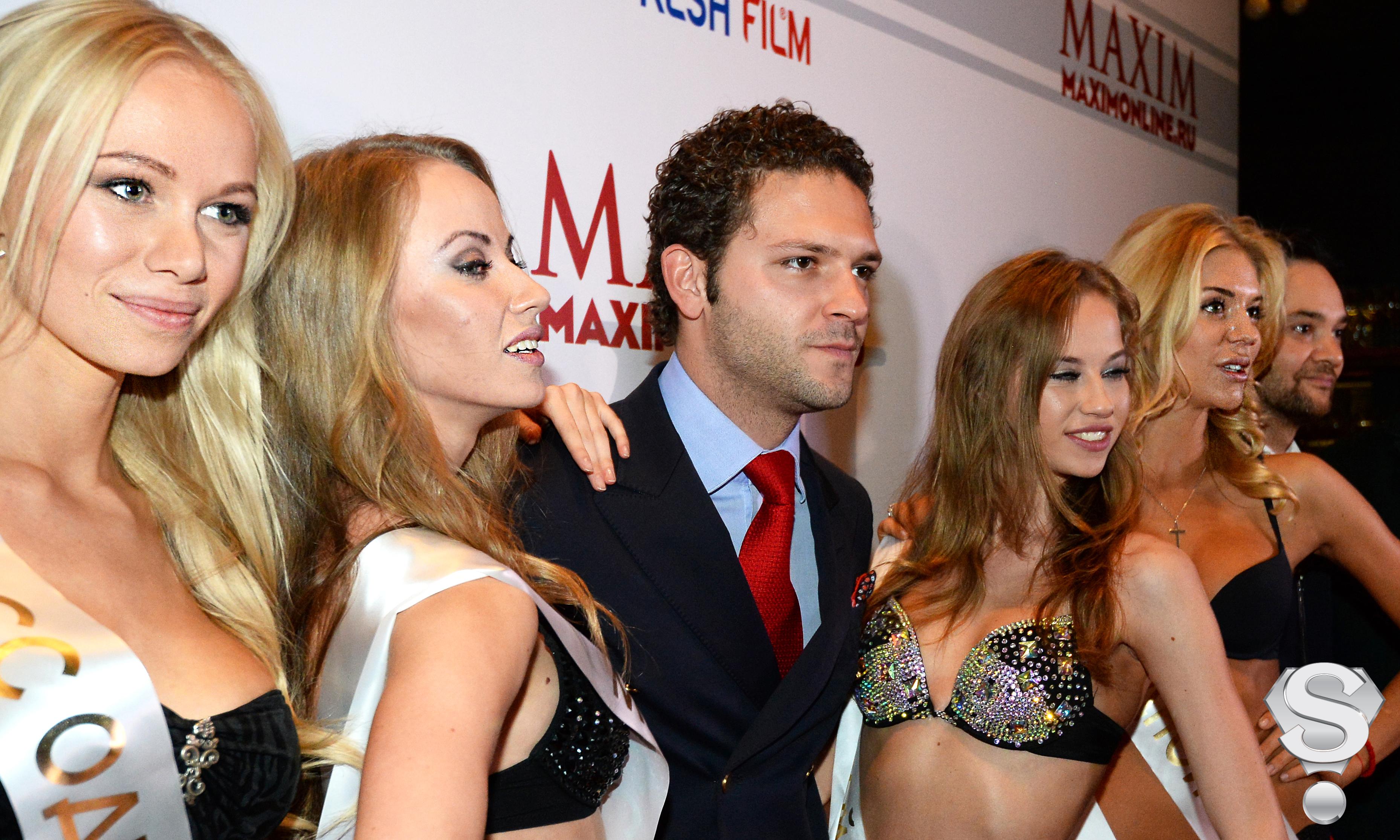 Актер Константин Крюков в окружении победительниц кастинга