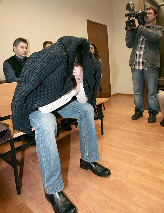 В зале суда четыре года назад Павел прятал лицо от камер