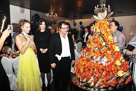 Самым неожиданным кулинарным сюрпризом для приглашенных и самого юбиляра стал подарок, преподнесенный ему рестораном. В заверешении праздничного вечера дмитрию Диброву вынесли огромную гору раков и вяленой рыбы, оформленных в виде торта