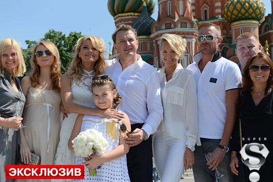 Оксна Домнина вместе с мужем Романом Костомаровым гуляли на свадьбе Екатерины и Марата на правах его давних и близких друзей