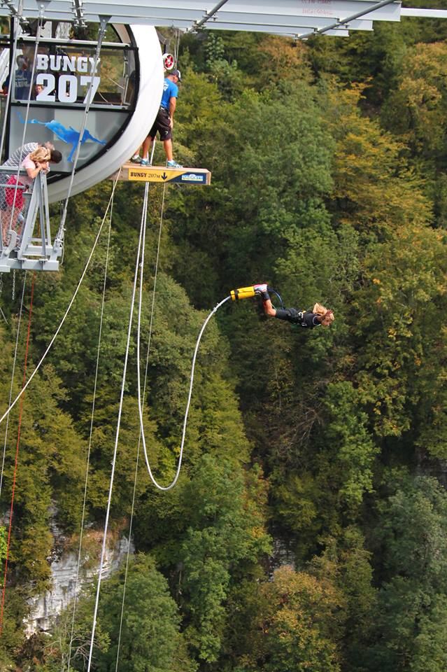 Екатерина Архарова, летящая на тарзанке с высоты 207 метров