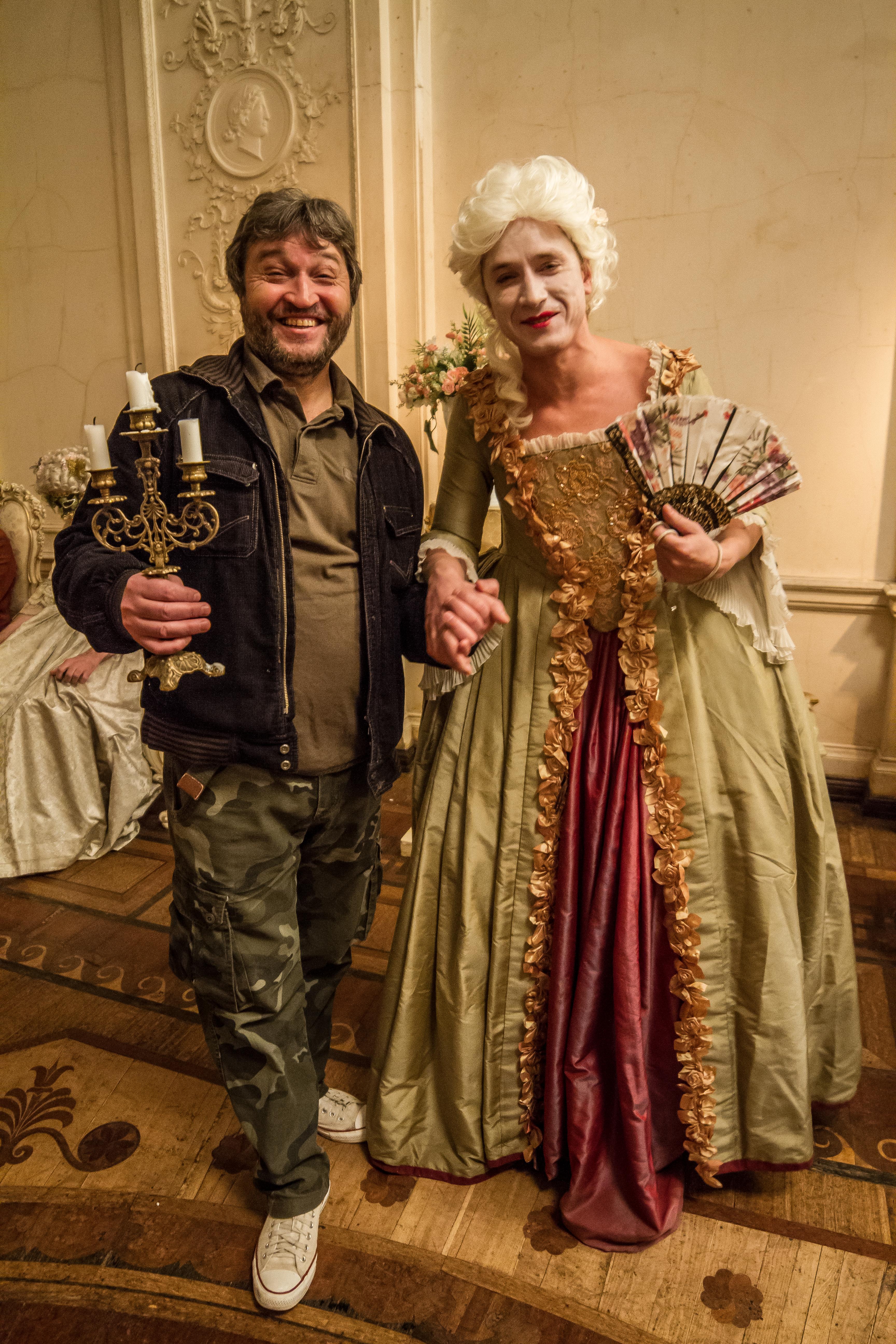 Актер Александр Яценко (в платье) с режиссером Рамилем Сабитовым