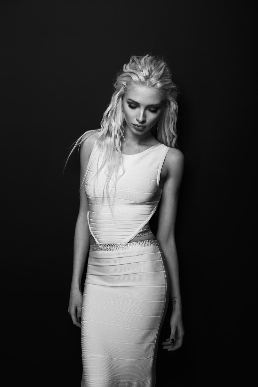 На Алене: платье, Herve Leger.